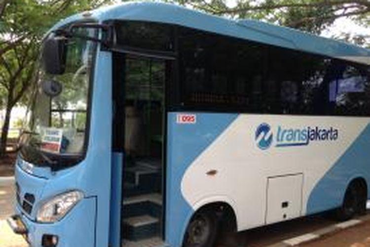 Tampak bus pengumpan atau feeder transjakarta di halte Rusunawa Marunda, Jakarta Utara, Senin (18/1/2016).