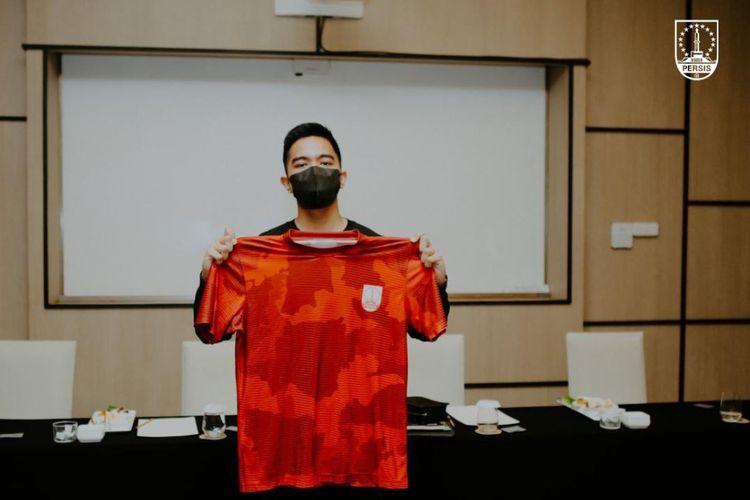 Salah satu pemilik baru Persis Solo, Kaesang Pangarep, berpose dengan jersey Persis seusai Rapat Umum Pemegang Saham Luar Biasa (RUPSLB) PT Persis Solo di Hotel Alila, Solo, Sabtu (20/3/2021).