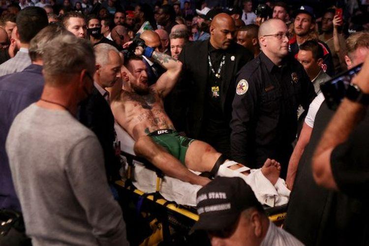 Conor McGregor (tengah) seusai duel melawan Dustin Poirier (kanan) pada UFC 264 yang dihelat di T-Mobile Arena, Las Vegas, Amerika Serikat, Minggu (11/7/2021) pagi WIB.