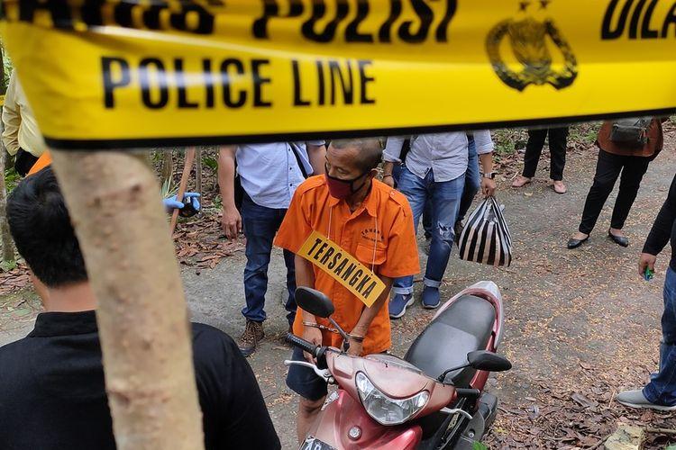 Agus Trikoyopari Suda (51) yang baru saja tiba di lokasi rekonstruksi pembakaran pada Pedukuhan Tawang, Kalurahan Banyuroto, Kapanewon Nanggulan, Kulon Progo, Daerah Istimewa Yogyakarta.