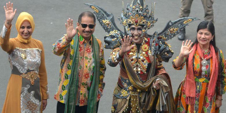 Menteri Pariwisata Arief Yahya (kedua kiri) dan Istri Poni Iravati (kanan), Bupati Jember Faida (kiri) dan Presiden Jember Fashion Carnaval (JFC) Dynand Fariz (kedua kanan), melambaikan tangan saat menghadiri acara puncak Jember Fashion Carnaval (JFC) ke-17, di Jember, Jawa Timur, Minggu (12/8/2018). Arief Yahya menyebut Kabupaten Jember sebagai Kota Karnaval yang menjadi destinasi wisata karnaval di Indonesia.