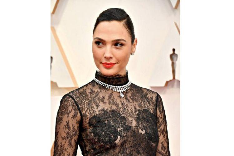 Artis peran Galgadot menggunakan kalung di luuar gaun transparannya di red carpet Oscar 2020.