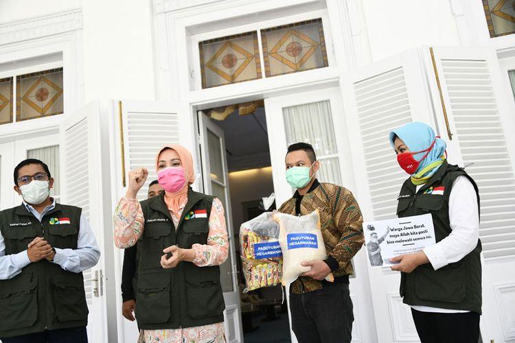 Penyerahan bantuan 1.000 paket sembako dari Paguyuban Hegarmanah Bandung.