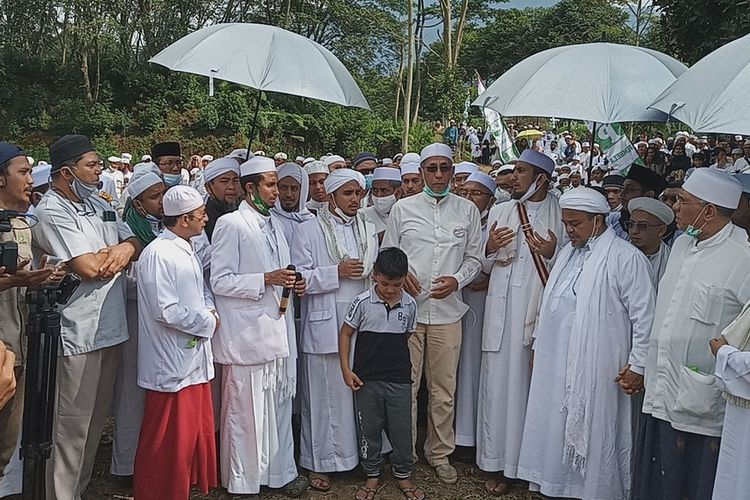 Kegiatan yang dihadiri oleh pemimpin FPIRizieq Shihab itu telah memicu kerumunan massa di sepanjang jalur Puncak Bogor, Jawa Barat.