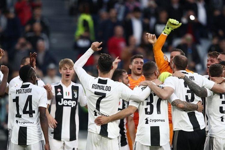 Penyerang Juventus asal Portugal Cristiano Ronaldo (7) dan para pemain merayakan scudetto Serie A Italia ke-8 berturut-turut setelah memenangi pertandingan Juventus vs Fiorentina pada 20 April 2019 di Stadion Juventus di Turin.