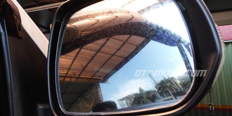 Kaca spion mobil berjamur