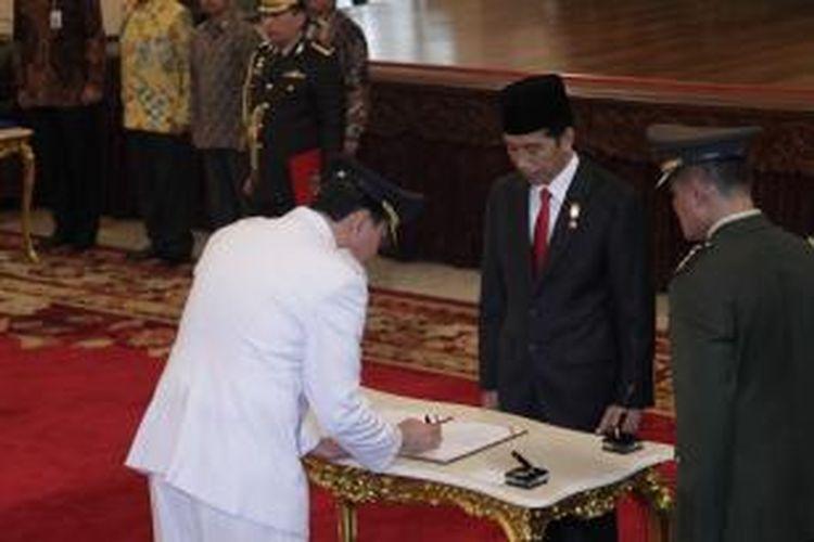 Basuki Tjahaja Purnama (kiri) menandatangani berita acara pelantikan usai mengucapkan sumpah jabatan sebagai Gubernur DKI Jakarta, di Istana Negara, Jakarta, Rabu (19/11/2014). Basuki Tjahaja Purnama dilantik menjadi Gubernur DKI Jakarta untuk sisa masa jabatan 2012-2014 menggantikan Joko Widodo.
