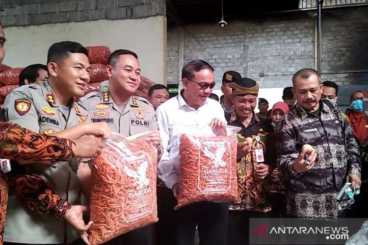 Tim Polda Jatim menunjukan barang bukti kue bidaran yang menggunakan bahan baku dari telur busuk di rumah industri kue di Lumajang, Selasa (7/1/2020). (ANTARA/Zumrotun).