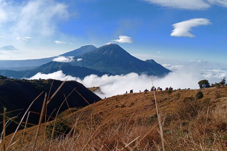 Pemandangan Gunung Sindoro dan Gunung Sumbing terlihat dari Gunung Prau via Igirmranak, Wonosobo.