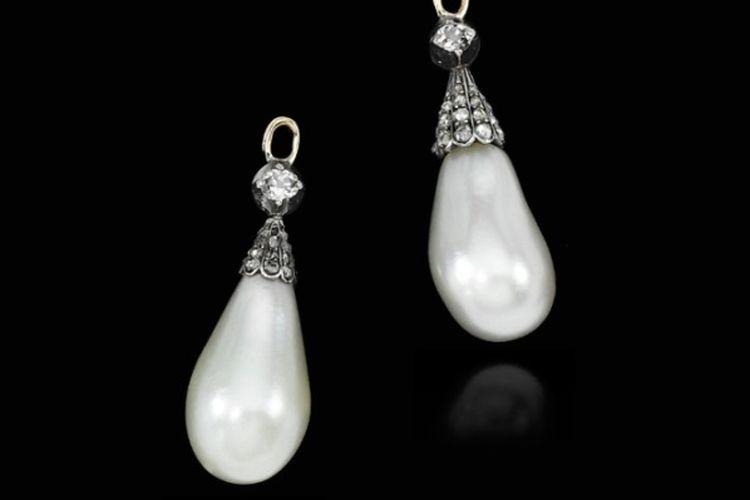 Sepasang liontin berlian dan mutiara alam dari abad ke-19 yang pernah dimiliki oleh Ratu Perancis Maria Antoinette.