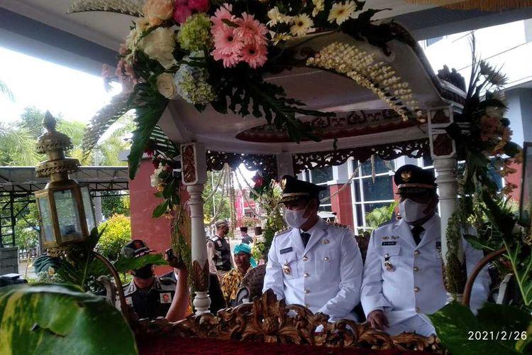 Bupati Kendal, Dico M Ganinduto dan wakilnya Windu Suko Basuki, saat naik kereta kencana. KOMPAS.COM/SLAMET PRIYATIN