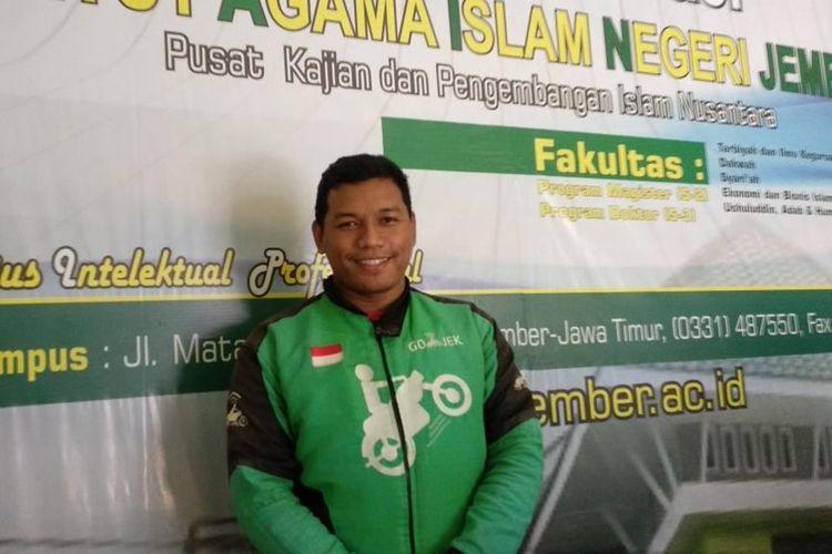 Driver Ojek Online, Badrut Tamam, Warga Desa Tisno Gambar, Kecamatan Bangsalsari, Kabupaten Jember, Lulus S2 Dengan Nilai Cumlaude di Kampus Institut Agama Islam Negeri (IAIN) Jember, Jawa Timur.