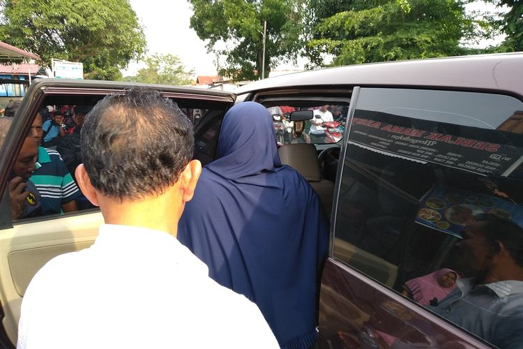 Seorang perempuan berjilbab biru ini dibawa oleh polisi terkait bom bunuh diri di Mako Polrestabes Medan pada Rabu pagi tadi (13/11/2019).