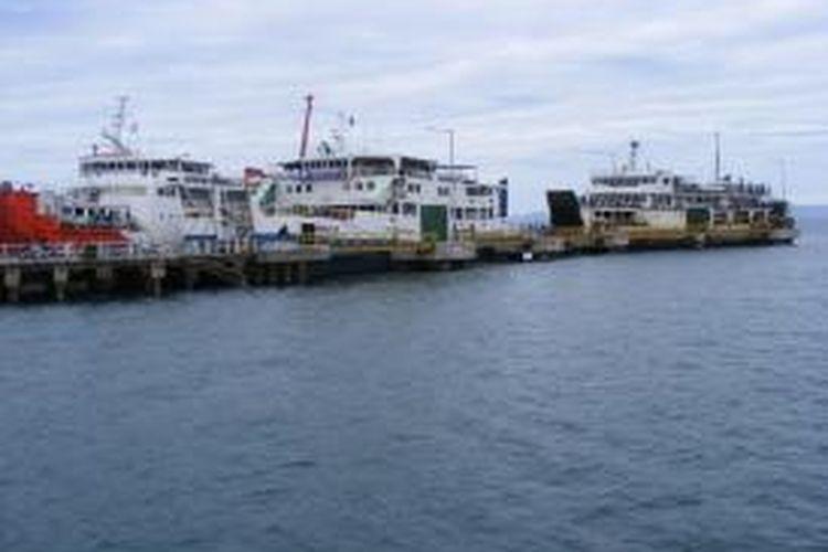 kapal-kapal ini untuk sementara tidak beroperasi akibat cuaca buruk.