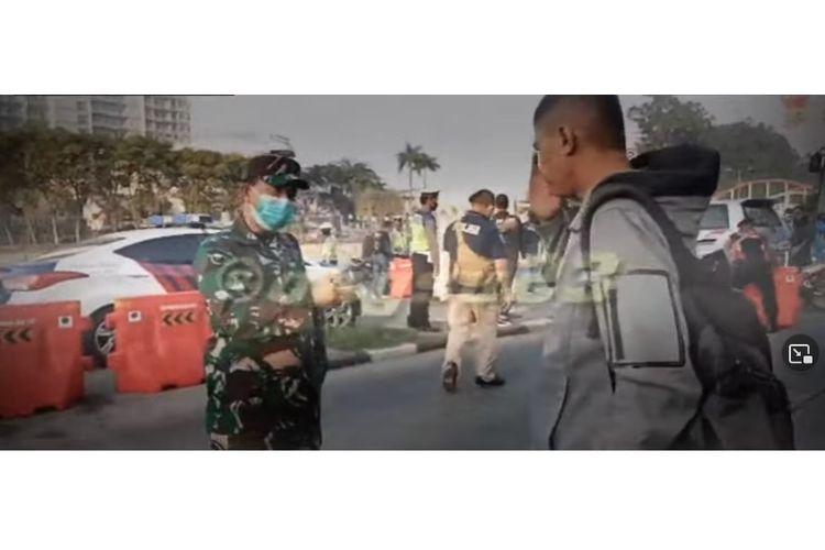 Praka Izroi Gajah, anggota Paspampres saat diingatkan oleh pimpinan anggota TNI yang bertugas di pos penyekatan PPKM darurat di Jalan Daan Mogot, Jakarta Barat, pada Rabu (7/7/2021).