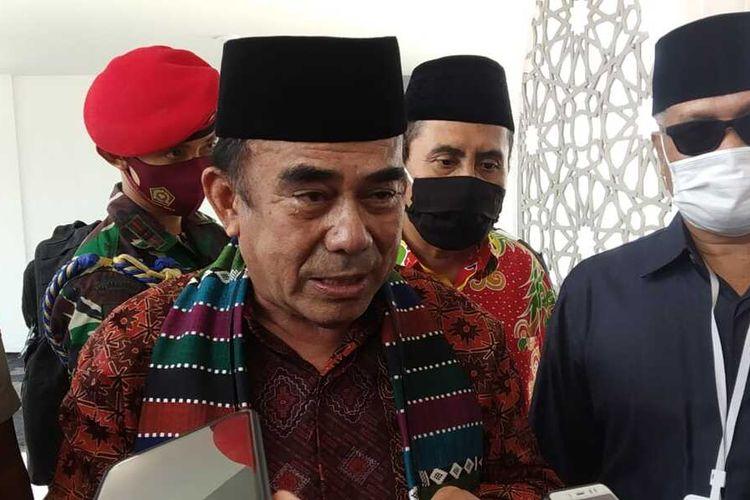 Mentri Agama RI, Fachrul Razi semoat melepas masker sebelum wawancara dengan wartawan, namun segera mengenakannya lagi saat wawancara dor stop berlangsung di Gedung Rektorat Universitas Islan Negeri (UIN) Mataram, Kamis (17/9/2020)