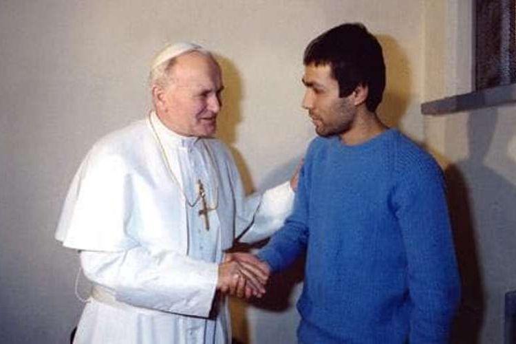 Paus Yohanes Paulus II bertemu dengan Mehmet Ali Agca, pria yang mencoba membunuhnya, di sebuah penjara di Italia pada 1983.