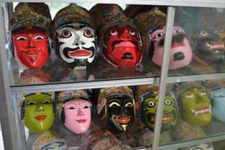 Aneka topeng yang dibuat di sanggar Asmara Bangun, Malang, Jawa Timur.