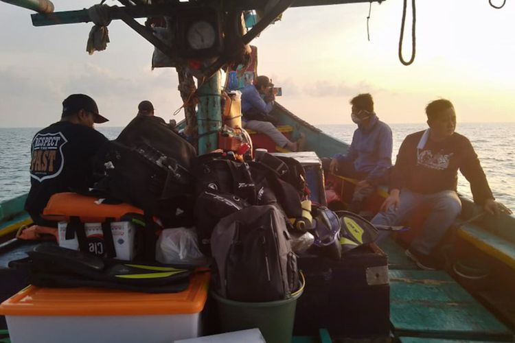 Tim ekspedisi saat melakukan agenda eksplorasi kapal van der wijck di perairan Brondong, Lamongan.