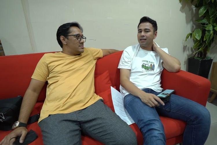 Raffi Ahmad (kanan) bercerita tentang kehamilan istrinya, Nagita Slavina, kepada Andre Taulany.