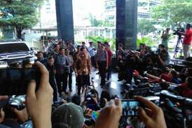 Gubernur DKI Jakarta Basuki Tjahaja Purnama saat di Gedung Komisi Pemberantasan Korupsi (KPK) Selasa (12/4/2016). Ia datang untuk memenuhi panggilan penyelidikan terkait pembelian sebagian lahan milik RS Sumber Waras oleh Pemerintah Provinsi DKI pada akhir 2014.