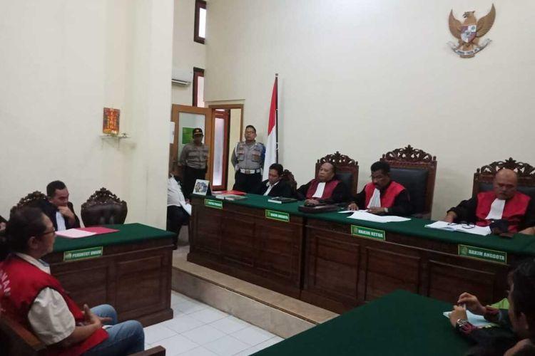 Sidang vonis kasus aksi di depan asrama Papua Surabaya dengan terdakwa Tri Susanti di PN Surabaya, Senin (3/2/2020).