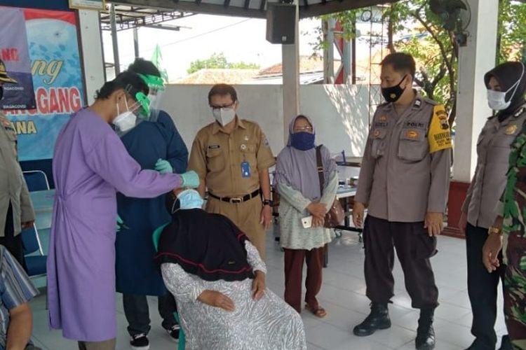 Warga yang baru pulang dari perantauan menjalani tes swab antigen di Posko PPKM Mikro Kelurahan Sumurpanggang, Margadana, Kota Tegal, Jawa Tengah, Senin (26/4/2021). (Istimewa)