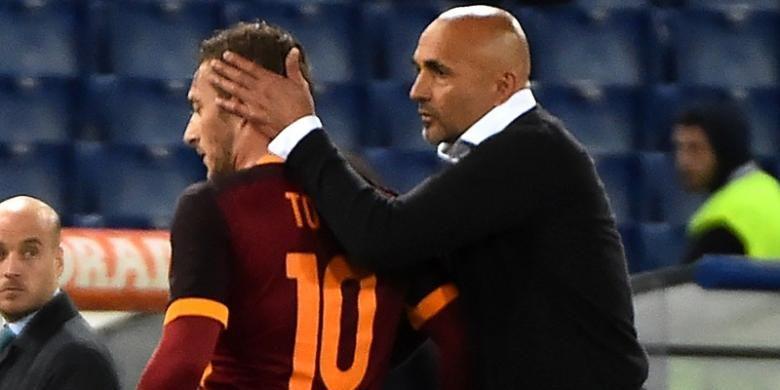 Pelatih AS Roma, Luciano Spalletti (kanan), memberikan selamat kepada Francesco Totti usai laga Serie A kontra Torino, di Stadion Olimpico, Rabu (20/4/2016) waktu setempat.