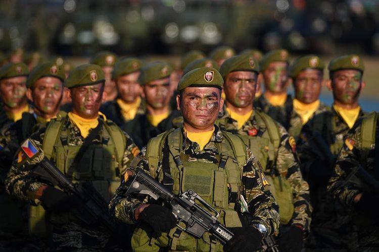 Tentara Filipina saat parade peringatan 121 tahun berdirinya militer Filipina di Manila, 20 Maret 2018.