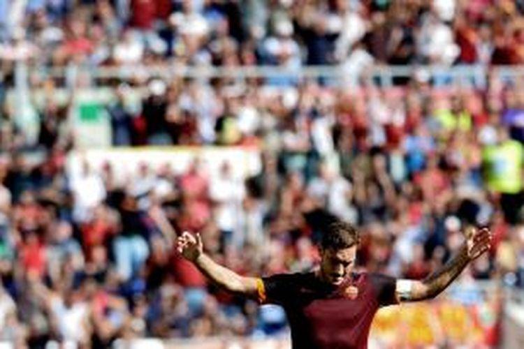 Penyerang AS Roma, Francesco Totti, berselebrasi seusai mencetak gol pada pertandingan lanjutan Serie-A melawan Sassuolo, di Stadion Olimpico, Roma, Minggu (20/98/2015).