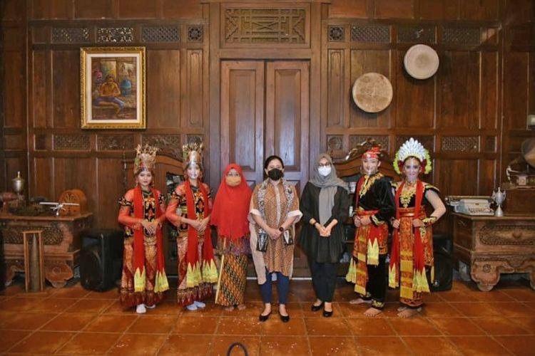 Ketua DPR RI Dr. (H.C.) Puan Maharani saat berkunjung ke Sanggar Genjah Arum, Desa Kemiren, Banyuwangi, Jatim, Senin (1/2/2021). Foto : Ist/nvl