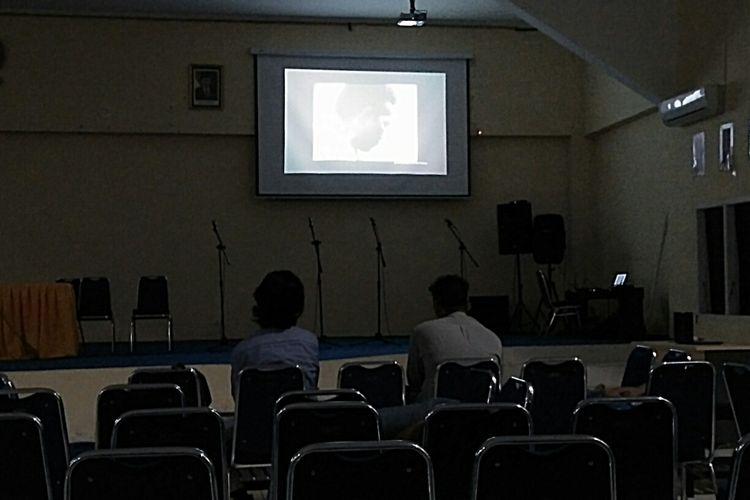 Penonton yang tersisa di ujung pemutaran film Pengkhianatan G30S/PKI di Kampus Universitas Antakusuma, Pangkalan Bun, Jumat (29/9/2017) malam