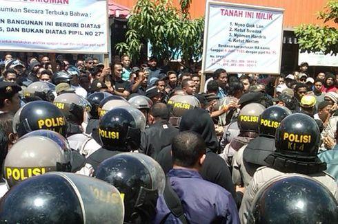 Bubarkan Bentrok di Denpasar, Polisi Tembakkan Gas Air Mata
