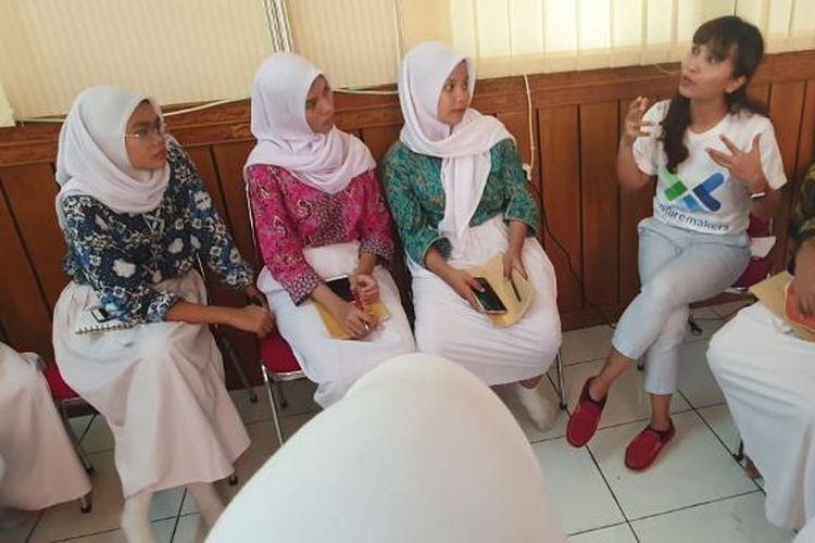 Relawan yang merupakan karyawan Standard Chartered Bank Indonesia ikut memfasilitasi sesi mentoring kepada para siswi SMK di acara peluncuran Youth to Work sebagai bagian dari inisiatif the Futuremakers dari Standard Chartered. Selaras dengan fokus program Youth to Work pada pelatihan keterampilan siap kerja, sesi mentoring khusus membahas kiat-kiat dan persiapan wawancara kerja dengan kegiatan role-play bagi para siswi.