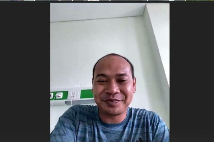 Plt Kepala Diskominfo Karawang Asep Aang Rahmatullah bersama stafnya melakukan meeting  melalui video conference via aplikasi Zoom, dan saling memotivasi.