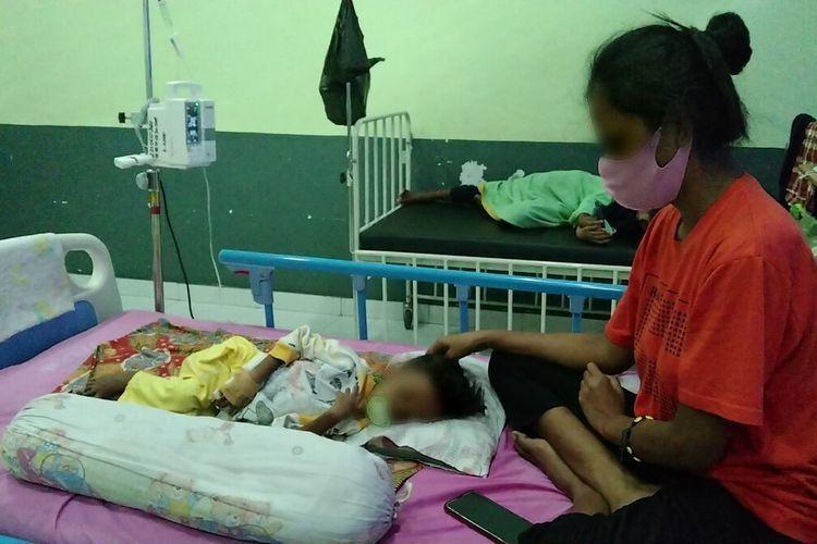Sudah dua hari bocah bernama Nurhafizah (4) ini menjalani perawatan di ruang perawatan anak RSUD Buton karena menderita gizi buruk.