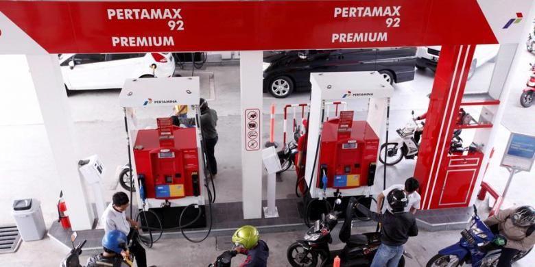 Petugas mengisi bahan bakar minyak (BBM) bersubsidi jenis premium di Stasiun Pengisian Bahan Bakar Umum (SPBU) 34-10206, Jakarta, Selasa (26/3/2013).