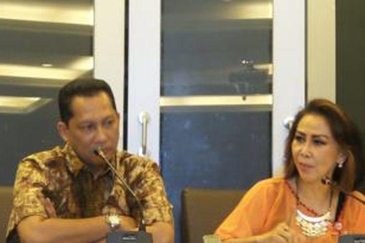 Kabareskrim Polri Komjen Budi Waseso dan anggota Pansel KPK Yenti Ginarsih saat menggelar konferensi pers di Mabes Polri, Jumat (31/7/2015).