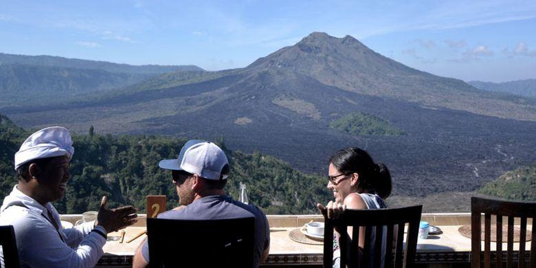 Wisatawan menikmati pemandangan gunung dan danau di kawasan wisata Geopark Gunung Batur, Kintamani, Bali, Selasa (5/9/2017).
