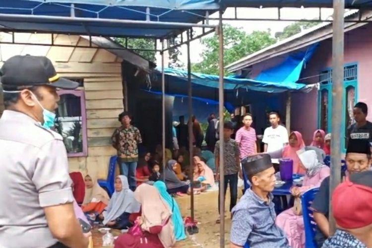 Petugas kepolisian saat membubarkan pesta pernikahan di Kecamatan Lirik, Kabupaten Inhu, Riau, Jumat (27/3/2020).