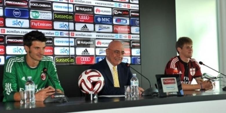 Wakil Presiden AC Milan, Adriano Galliani (tengah), memperkenalkan empat pemain baru timnya, di Casa Milan, Milan, Jumat (11/7/2014). Empat pemain tersebut adalah bek Michelangelo Albertazzi, kiper Michael Agazzi, penyerang Jeremy Menez, dan bek Alex Rodrigo Dias da Costa.