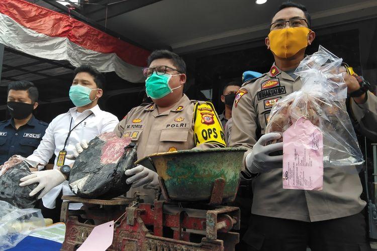 Kapolres Cimahi AKBP M Yoris Maulana Yusuf Marzuki tengah memperlihatkan barang bukti daging celeng yang dibekukan, di Mapolresta Cimahi, Selasa (30/6/2020).