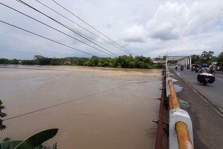 Debit Sungai Serayu terlihat tinggi di jembatan perbatasan Kecamatan Banyumas-Kalibagor, Kabupaten Banyumas, Jawa Tengah, Kamis (3/12/2020).