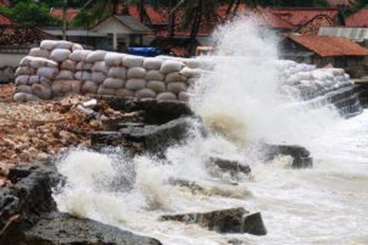 Ilustrasi: ombak pantai utara Desa Tlonto Rajeh, Kecamatan Pasean, malam ini setinggi 4 meter. Warga mulai mengungsi.
