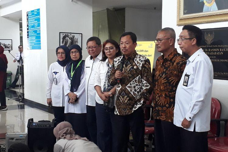 Menteri Kesehatan Terawan Agus Putranto bersama Juru Bicara pemerintah untuk penanganan corona Achmad Yurianto serta jajaran direksi RSUP Persahabatan kepada awak media di RSUP Persahabatan, Jakarta Timur, Kamis (12/3/2020).