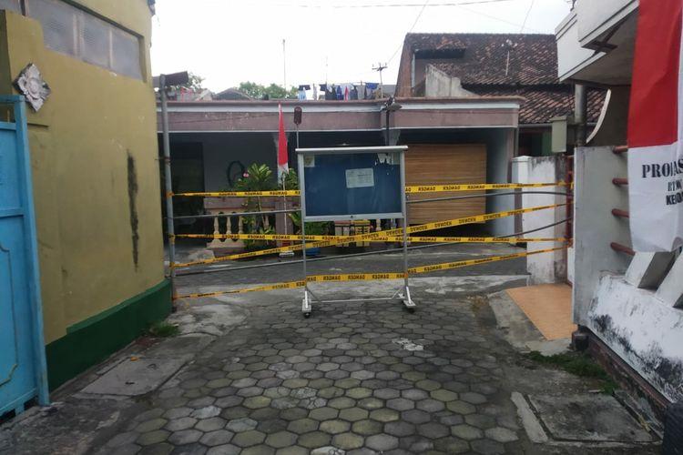 Gang Kenongo di Kelurahan Ngronggo, Kota Kediri, Jawa Timur, ditutup sementara mulai Sabtu (8/8/2021), akibat 9 warganya terkonfirmasi Covid-19.