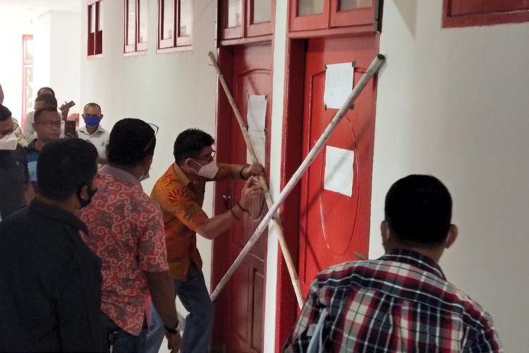 Anggota DPRD TTU, saat menyegel ruangan Ketua DPRD setempat karena kecewa, Kamis (28/1/2021)