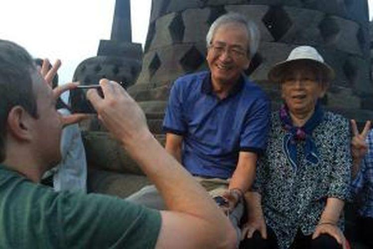 Mark Zuckerberg dimintai tolong untuk memotret turis yang berkunjung di Candi Borobudur, Magelang, Jawa Tengah, Minggu (12/10/2014) pagi.