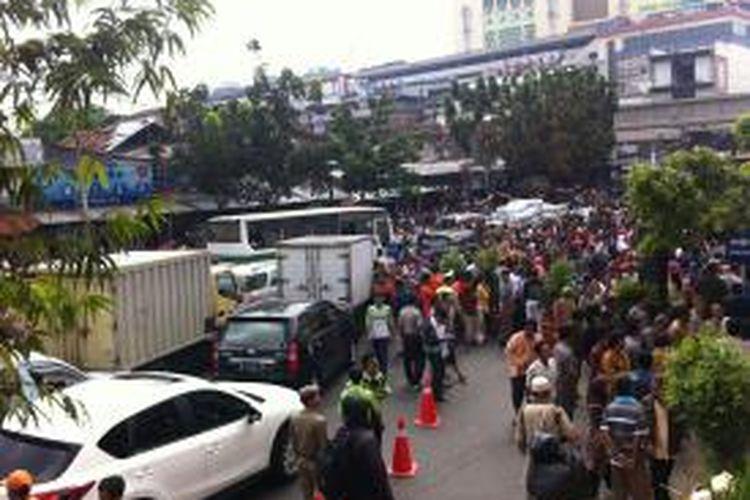 Kemacetan lalu lintas terjadi di Jalan Jati Bunder depan Pasar Blok G Tanah Abang saat Gubernur DKI Jakarta Joko Widodo meresmikan pembukaan pasar tersebut, Senin (2/9/2013).