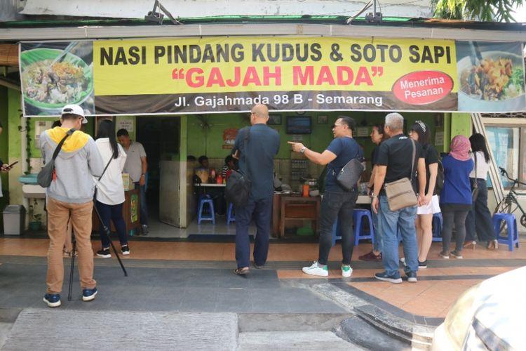 Kedai Nasi Pindang Kudus dan Soto Sapi di Jalan Gajahmada Semarang, dipenuhi pegunjung yang harus mengantre untuk makan di dalam, Kamis (19/7/2018).